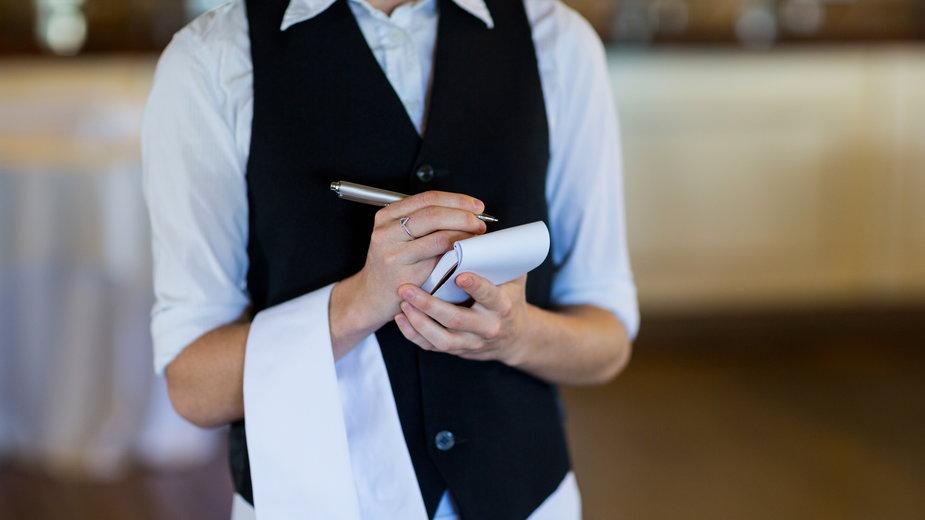 Jak wygląda praca kelnera? Wady, zalety i napiwki