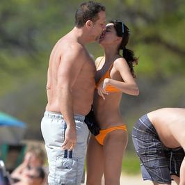 45-letni aktor ze swoją 19-letnią dziewczyną na plaży. Jak razem wyglądają?