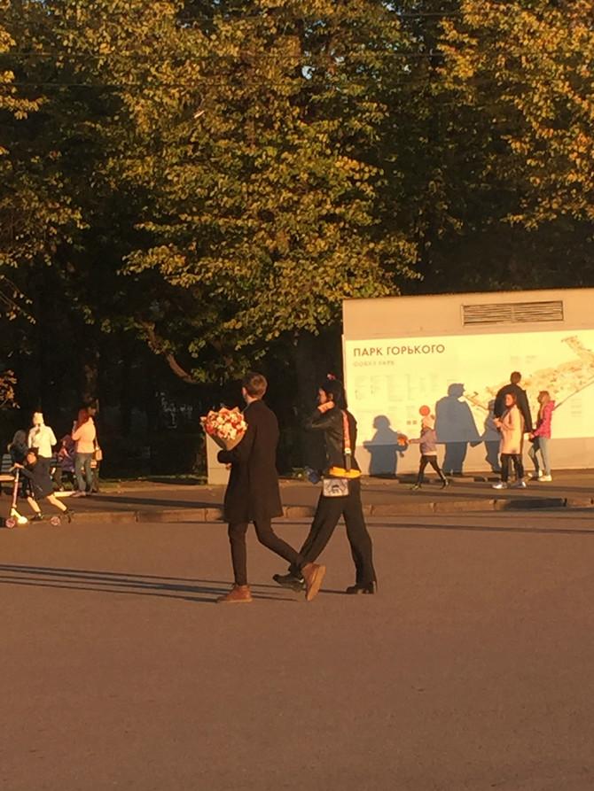 Samo jedan od gomile zaljubljenih parova koji su šetali kroz čuveni Gorki park