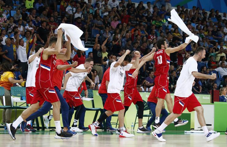 Košarkaši Srbije proslavljaju pobedu nad Hrvatskom u Riju 2016.