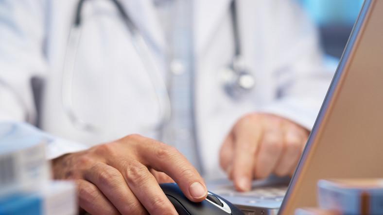 Aż 52 proc. badanych uważa, że lekarze zarabiają całkiem nieźle
