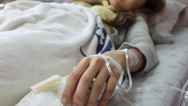 Kobieta leży w szpitalu
