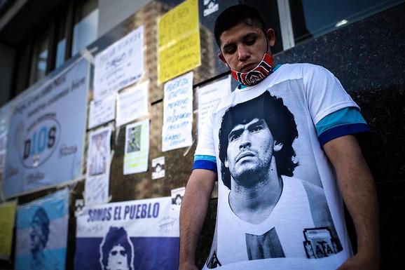 DRAMA U ARGENTINI Doktor optužen da je ubio Maradonu izašao pred narod u SUZAMA i otkrio STRAŠNE DETALJE
