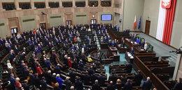 Cisza podczas obrad w Sejmie. Tak posłowie uczcili śmierć kolegów