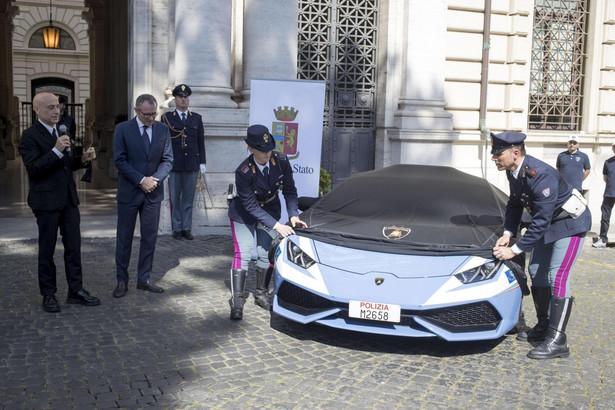 Lamborghini Huracan to nie pierwszy model tej marki w służbie włoskiej policji. Koncern wspiera włoska policję od w 2004 roku. Wtedy do rzymskiej drogówki trafiło pierwsze Lamborghini Gallardo. Model Gallardo jeździ też w barwach Bolonii, natomiast komenda w Lazio dysponuje modelem Gallardo LP 560. EPA / MASSIMO PERCOSSI Dostawca: PAP / EPA.