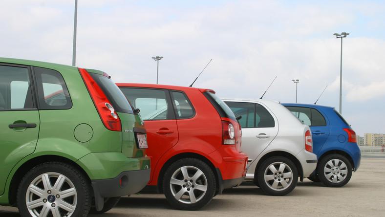 TUV, czyli niemiecki Urząd Dozoru Technicznego, stworzył ranking używanych samochodów. Najnowszy raport na 2015 rok powstał na podstawie ponad 8,5 mln wyników przeglądów technicznych (rejestracyjnych) przeprowadzonych przez diagnostów TUV między lipcem 2013 roku a czerwcem 2014 roku. Przypominamy, że w trakcie kontroli specjaliści wychwytują wszystkie problemy, które pośrednio lub bezpośrednio zagrażają bezpieczeństwu ruchu drogowego. Sprawdzane są m.in.: zawieszenie, silnik, układ kierowniczy i przeniesienia napędu, oświetlenie, zabezpieczenie przed korozją elementów nośnych podwozia, karoserii i przewodów hamulcowych. Zebrane dane z poszczególnych stacji diagnostycznych spływają do centrali. Jak wynika z raportu TUV 2015 średni odsetek 10- 11-letnich samochodów z poważnymi usterkami wyniósł 32,1 proc. Oznacza to, że statystycznie co trzeci jedenastoletni samochód przyjeżdżający na badanie techniczne w Niemczech boryka się z problemami zagrażającymi bezpieczeństwu ruchu (pośrednio lub bezpośrednio). Dziennik.pl przygotował zestawienie najmniej awaryjnych modeli maksymalnie 11-letnich. Jest ich 18 - auta uszeregowaliśmy do najbardziej niezawodnego. Zobacz, na które są warte uwagi…