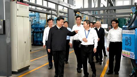 Prezydent Chin Xi Jinping oraz wicepremier Liu He (w drugim rzędzie drugi od prawej, obaj panowie w ciemnych garniturach) z wizytą w zakładach JL MAG Rare-Earth produkujących pierwiastki ziem rzadkich. Te substancje są kluczowe w nowych technologiach.