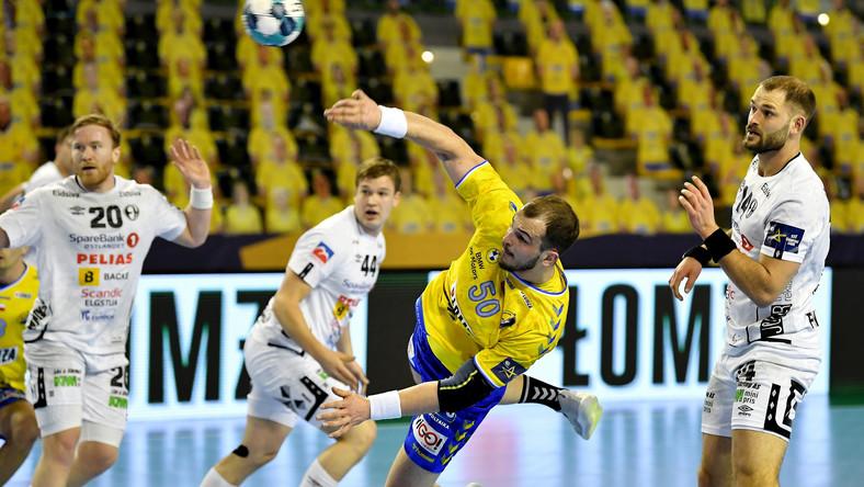 Zawodnik Łomży Vive Kielce Arciom Karalek (C) i Johan Niclas Fingren (P) z Elverum Handball podczas meczu grupy A Ligi Mistrzów piłkarzy ręcznych