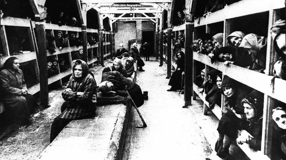 Więźniarki niemieckiego obozu koncentracyjnego w Oświęcimiu, 1945 r.