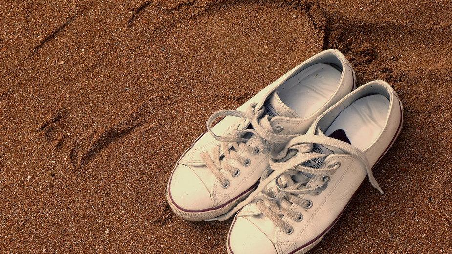 Czyszczenie białych trampek nie stanowi większego klopotu - Joenomias/pixabay.com