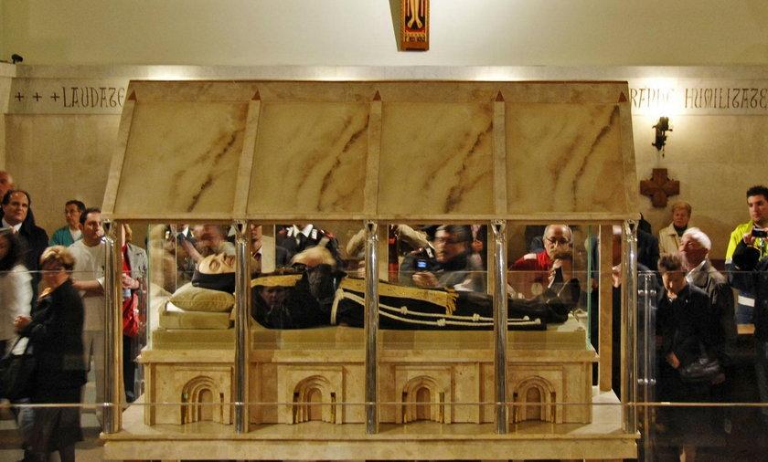 Trumna ze zwłokami ojca Pio