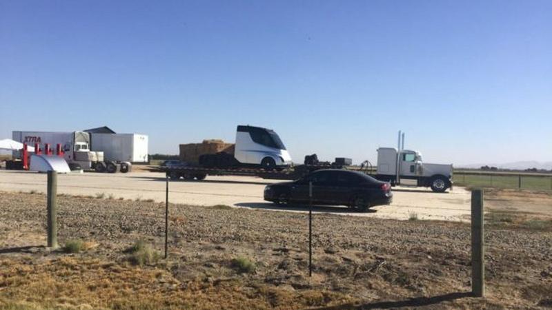 Elektryczna ciężarówka Tesli dostrzeżona na ulicy