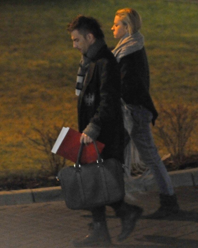 Adam Sztaba z żoną Dorotą wychodzą ze szpitala