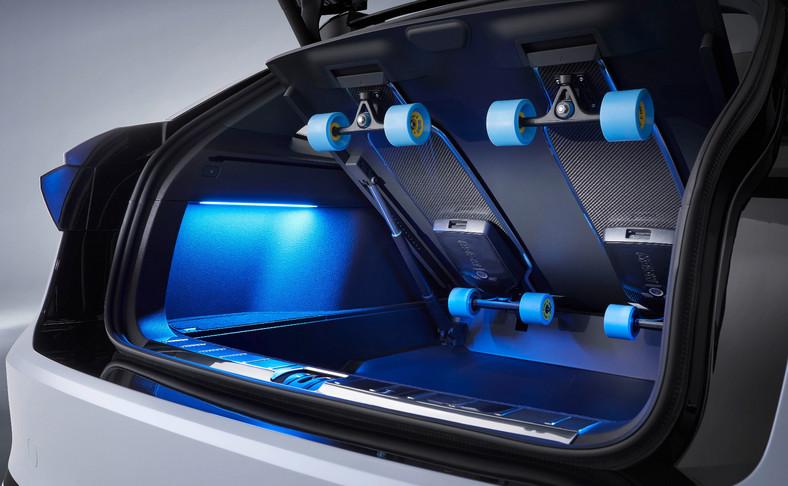 W bagażniku dwie elektryczne deskorolki