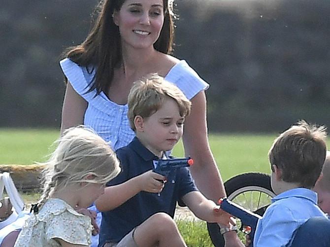 Princ Džordž drži u ruci IGRAČKU koja je celu Britaniju DIGLA NA NOGE! Zbog OVOGA napadaju Kejt da je loša majka