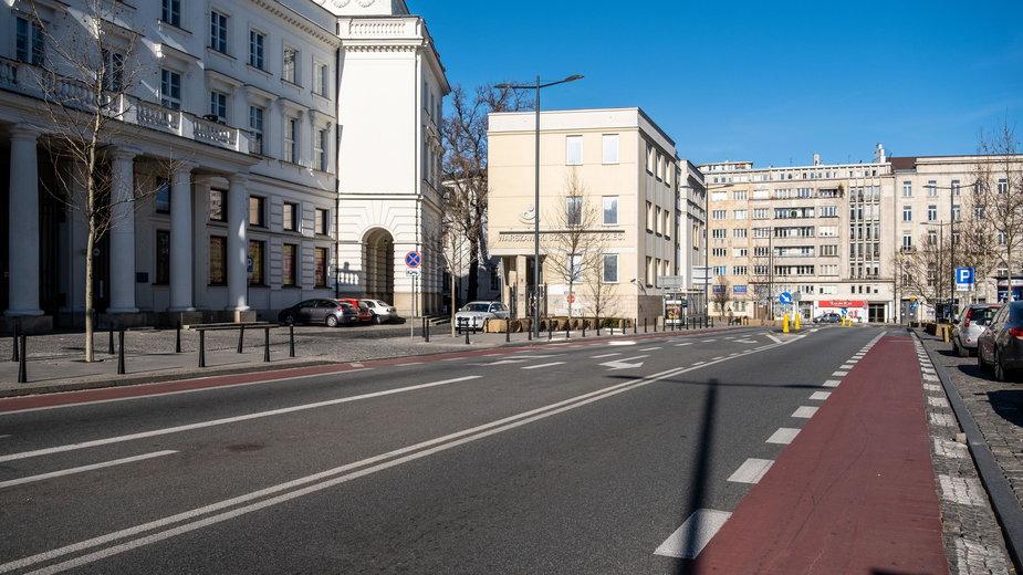 Puste ulice w Warszawie, z powodu małego ruchu spadł poziom zanieczyszczeń