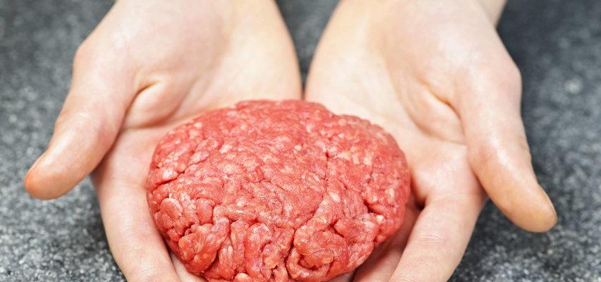 Szok! Czesi mówią, że znaleźli to w mięsie z Polski. Wycofali je ze sklepów