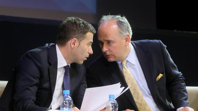 Wojciech Olejniczak (L) z SLD oraz Paweł Zalewski (P) z PO podczas Warszawskiej Debaty Wyborczej zorganizowanej między innymi przez Samorząd Studentów UW