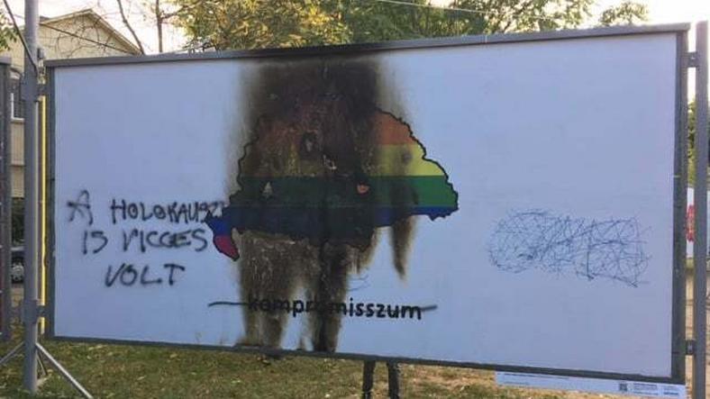 Megrongálták az ARC kiállítás Nagy-Magyarország plakátját, ezt tették vele
