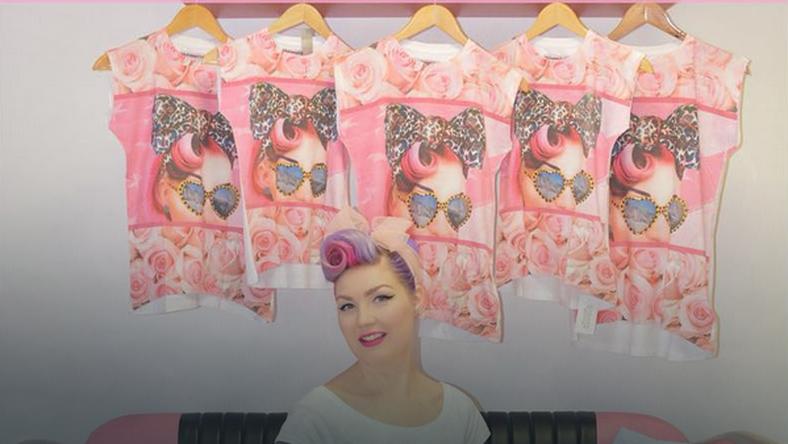 Fryzjerka odkryła, że sklep sprzedaje t-shirty z jej selfie na froncie.