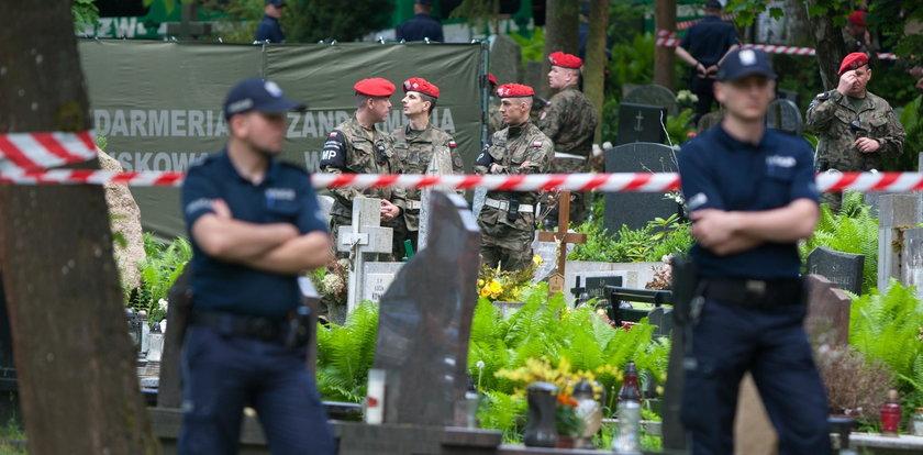 Ekshumacja Arama Rybickiego na gdańskim Srebrzysku. Bliscy protestują przed bramą