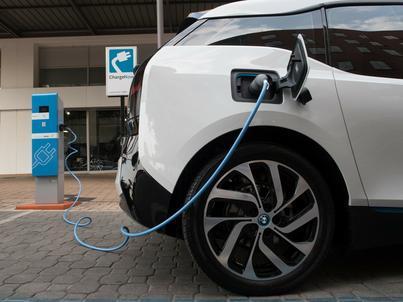 Właściciele elektrycznych samochodów będą mieć tańszy prąd. I to o jedną trzecią