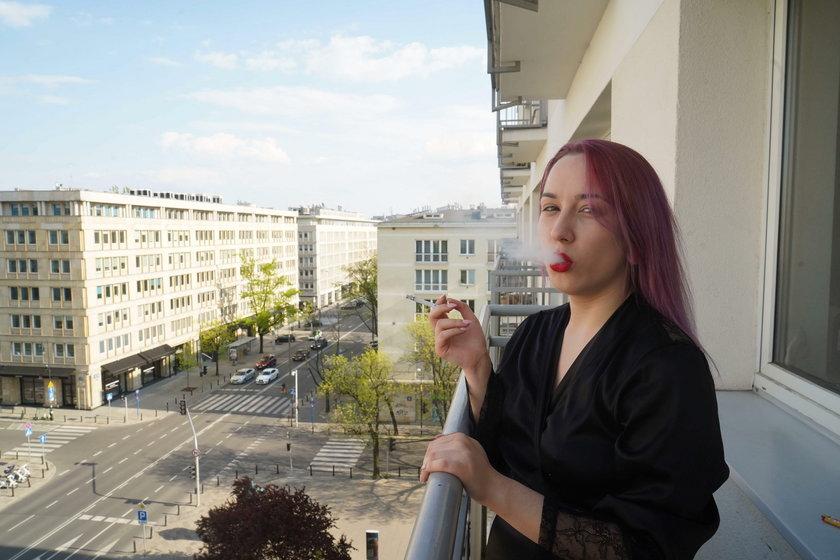 Medroxy w swoim mieszkaniu w Warszawie