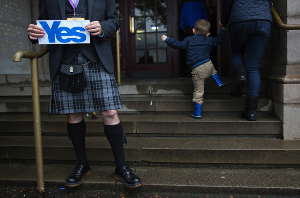 Zwolennik niepodległości Szkocji przed lokalem wyborczym w dniu referendum. Forfar, Szkocja. 18.09.2014