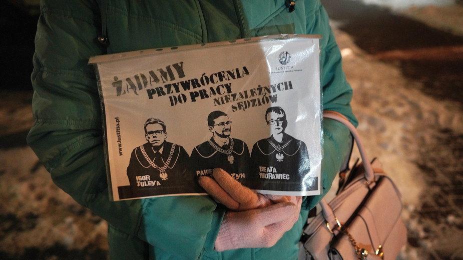 Transparent podczas jednego z wielu protestów w obronie sądów, z podobizną Beaty Morawiec