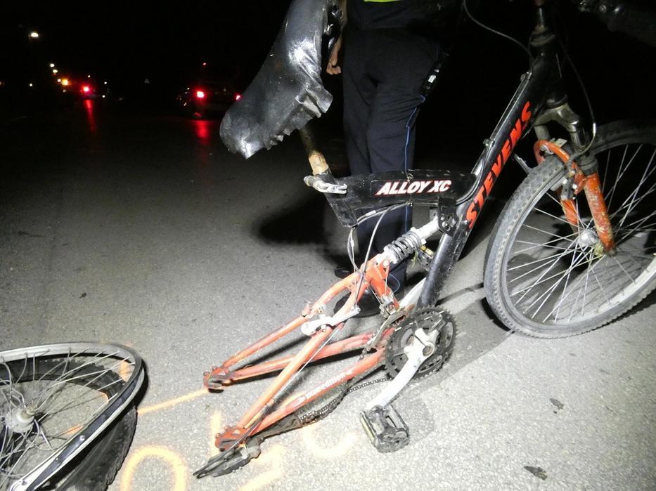 Két biciklist ütött el egy férfi Monoron. / Fotó: Police.hu