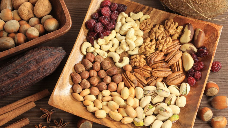 Orzechy ziemne, orzeszki pinii, migdały - zdrowe przekąski z witaminą E