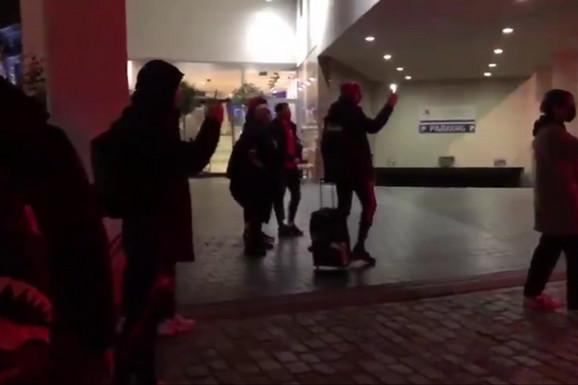 SVI FUDBALERI ZVEZDE ODMAH POVADILI TELEFONE! Nisu mogli da veruju šta se dešava kada su stigli u Belgiju! /VIDEO/