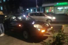 INCIDENT ISPRED DOMA OMLADINE Automobil umalo POKOSIO PUTNIKE na autobuskom stajalištu
