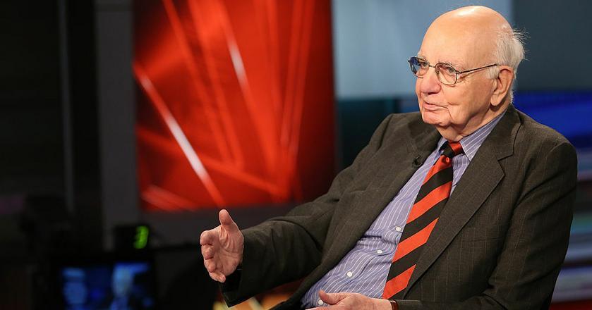 Gdy Paul Volcker zasiadł w fotelu szefa Fed, Stany Zjednoczone były w trakcie trwającej prawie dekadę walki ze stagflacją. Wiele lat później obserwował z bliska kolejny kryzys. W 2008 roku zaczął doradzać Barackowi Obamie, gdy ten zastanawiał się, jak odpowiedzieć na kryzys finansowy.