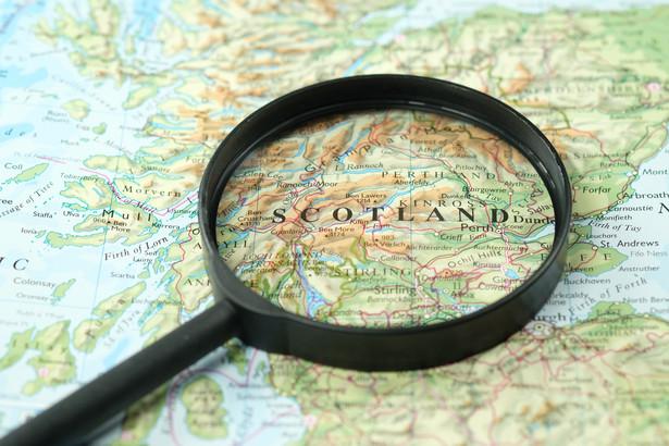 we wtorek podano, że w ciągu ostatniej doby w Szkocji wykryto 2167 nowych zakażeń koronawirusem