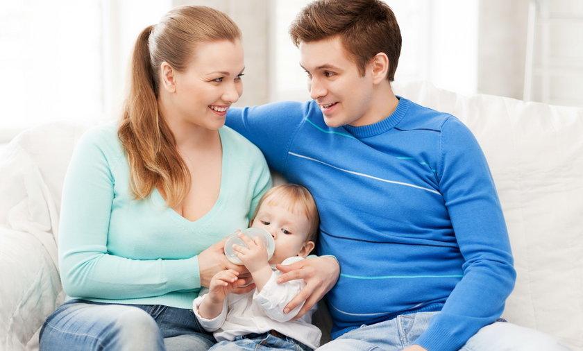 mężczyzna kobieta rodzina dziecko para karmi karmienie butelka