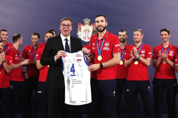 Kapiten zlatnih odbojkaša Nemanja Petrić i predsednik Republike Srbije Aleksandar Vučić