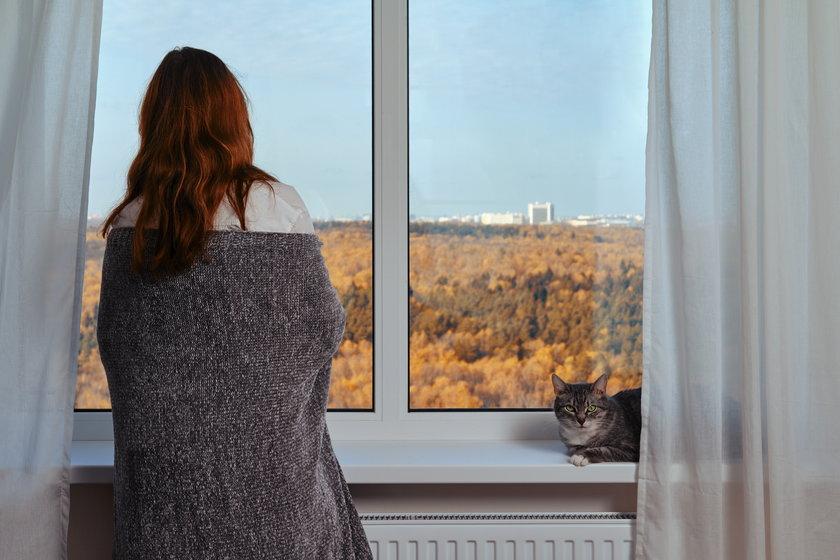 Zamiast myśleć o ogrzewaniu mieszkania w sierpniu, można po prostu przykryć się kocem