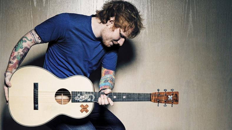 """Pewnie nieraz widzieliście gdzieś na ulicy albo w jakimś barze chłopaka z gitarą, który naprawdę nieźle śpiewał. Zastanawialiście się, ile takich talentów mogło się zmarnować? Jednym z takich gości jeszcze pięć, sześć lat temu był Ed Sheeran. Ten rudowłosy nastolatek z Suffolk pewnego dnia rzucił szkołę, spakował plecak, zabrał gitarę i postawił wszystko na muzykę. Długo włóczył się po kraju, jeździł autostopem i pomieszkiwał u znajomych, pił piwo i palił papierosy, a każdą wolną chwilę wykorzystywał na pisanie piosenek i granie dla ludzi. Nagrał i wydał samemu kilka epek, wrzucił amatorskie klipy na YouTube'a, załatwił występy jako support mniej lub bardziej znanych artystów, próbował załapać się do talent show, pojechał nawet do Ameryki spróbować szczęścia. W wieku 20 lat dostał wreszcie szansę w show-biznesie i w pełni ją wykorzystał – dzięki singlom """"The A Team"""" i """"Lego House"""" jego debiutancki album """"+"""" sprzedał się w nakładzie czterech milionów egzemplarzy oraz zapewnił mu prestiżowe nagrody i liczne wyróżnienia wydawnicze nie tylko na Wyspach, lecz także w całej Europie"""