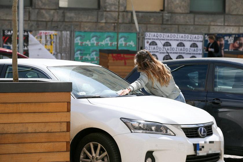 Marina Łuczenko przy swoim samochodzie