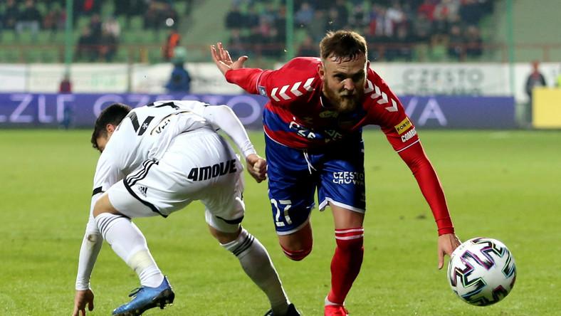 Piłkarz Rakowa Częstochowa Daniel Bartl (P) i Andre Martins (L) z Legii Warszawa podczas meczu Ekstraklasy