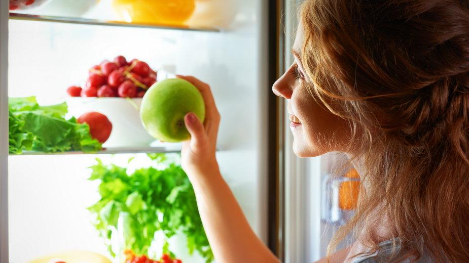 Czy powinniśmy spożywać owoce wieczorem?