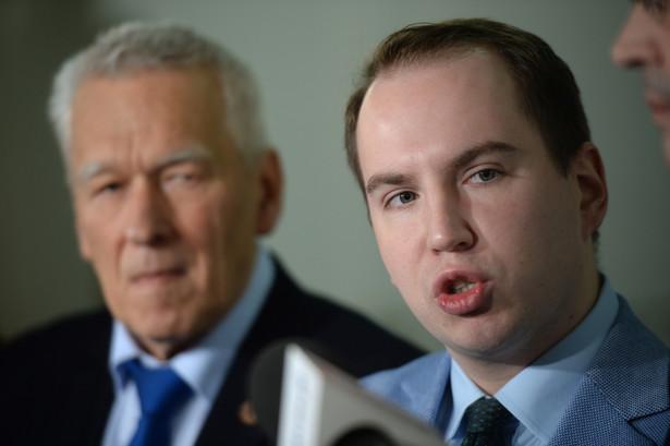 Przewodniczący koła poselskiego Wolni i Solidarni Kornel Morawiecki oraz poseł Adam Andruszkiewicz podczas konferencji prasowej w Sejmie.