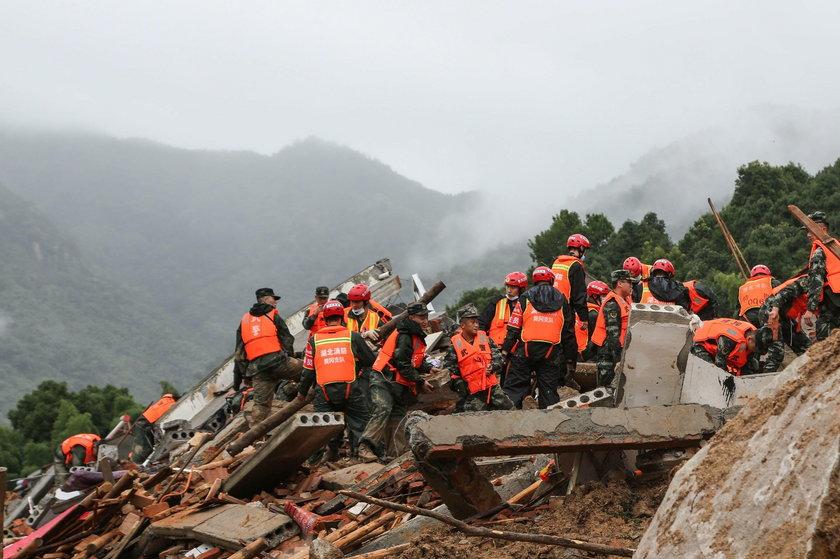 Chiny: strażak przez 30 godzin ratował ofiary osuwiska. Szokujące zdjęcia stóp