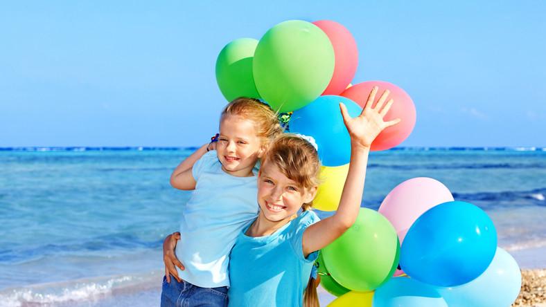 Większość dzieci chętnie spędza wakacje z rówieśnikami i wyjeżdża na kolonie.