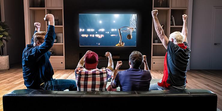 cetiri-prijatelja-kauc-televizor-gledanje-utakmice-kosarka