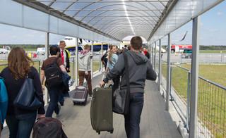 Pasażerowie wracają na lotnisko w Modlinie. W czerwcu było ich ponad 230 proc. więcej niż w maju