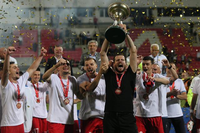 Nenad Lalatović podiže trofej namenjen pobedniku Kupa Srbije