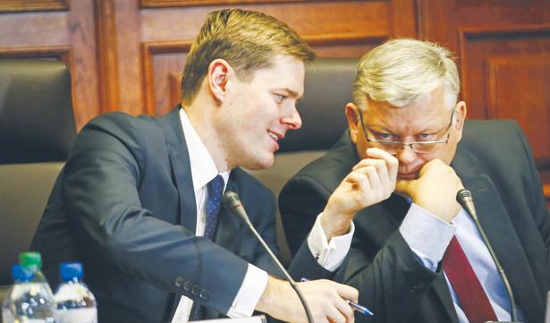 Jarosław Krajewski (po lewej) i Marek Suski (po prawej) byli w składzie delegacji na Islandię