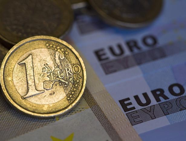Euro w trzecim kwartale spadnie do 1,13 dolara, pod koniec roku do 1,08 dolara i zbliży się do parytetu z dolarem, czyli 1: 1, w roku 2011. Dopiero potem wspólna waluta europejska może odbić - twierdzi strateg walutowy TD Securities w Toronto.
